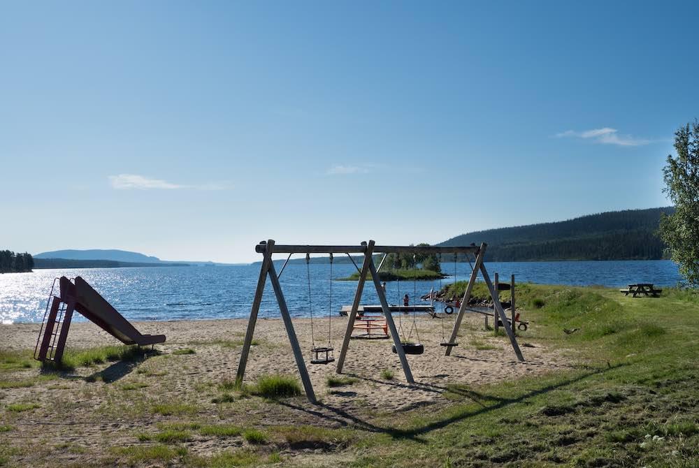 Lekpark vid Lofssjöns strand